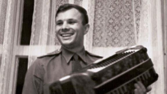 Gagarin mit Akkordeon