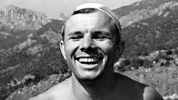 Juri Gagarin mit freiem Oberkörper