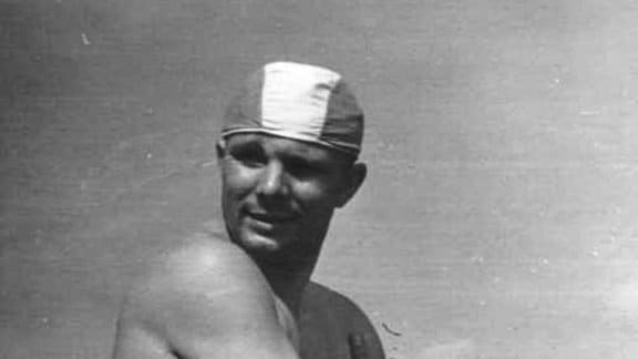 Gagarin mit Badekappe geht schwimmen