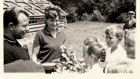 Gagarin mit Dorfkindern