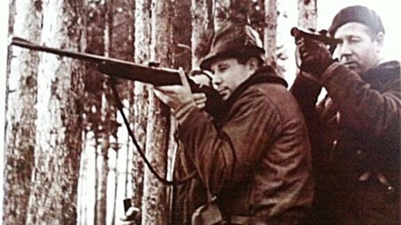 Gagarin mit einer Flinte auf der Jagd