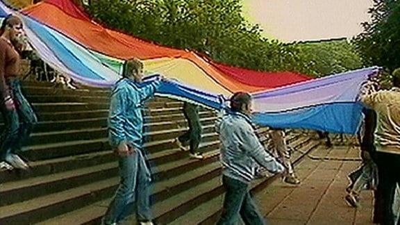 Männer tragen eine Fahne