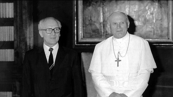 Papst Johannes Paul hat am 24.4.1985 im Vatikan den DDR-Staatsrats- und Parteichef Erich Honecker empfangen. Es war die erste Begegnung eines DDR-Staatsmannes mit dem Papst. Johannes Paul II. Dieser übernahm am 16. Oktober 1978 als erster Nichtitaliener seit 1522 das Amt des Oberhauptes der Katholischen Kirche.