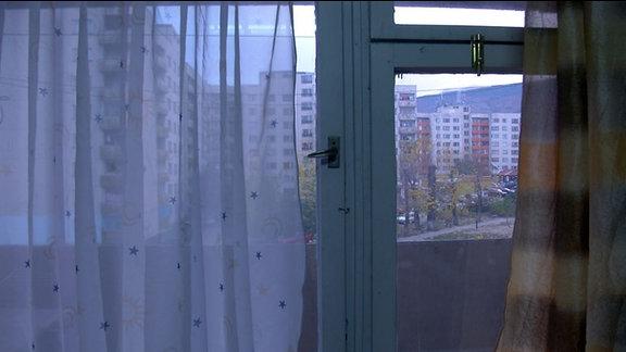 Blick aus dem Fenster eines Studentenwohnheimzimmers auf andere Plattenbauten