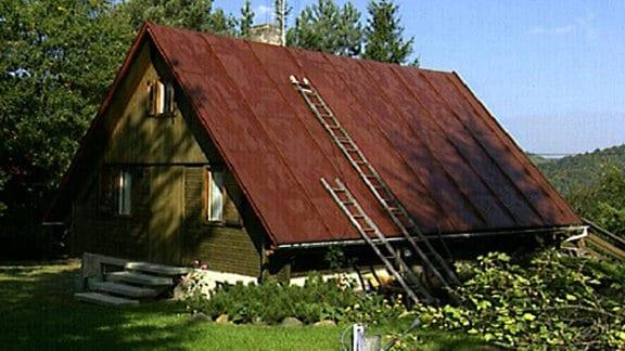 Gartenhaus mit fast bis zum Boden gezogenem Dach