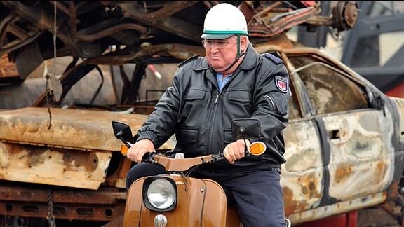 Polizeihauptmeister Krause (Horst Krause) muss sich bei seinen Ermittlungen vorübergehend mit einem anderen Vehikel behelfen.