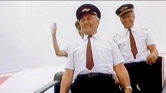 Interflug-Pilot Peter Schulze wurde beauftragt, das Filmteam mit realistischen Details zu versorgen ...