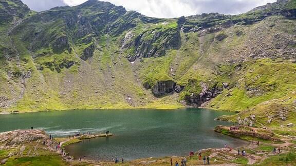 Gletschersee Balea Lac, der an der Transfogarascher Hochstraße auf einer Höhe von über 2.000 Metern liegt und als Touristenattraktion in Rumänien gilt.