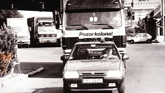 Konvoi mit Leitfahrzeug startet vom Grenzübergang Zinnwald ins Tal Richtung Teplice, Mitte der 1990er