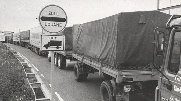 Kilometerlanger Stau auf der Lkw-Standspur vor dem Grenzübergang Zinnwald, 1990