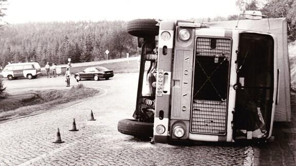 """Lkw-Unfall auf der steilen Serpentinenstraße zwischen Altenburg und Bärenburg in Richtung Zinnwald, 1991; gefährlichste Stelle zum Grenzübergang hoch, von Einheimischen """"Bau-Kahre"""" (Bau-Kehre) genannt"""