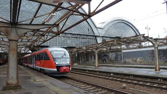 Zug nach Breslau bei Ausfahrt aus Dresdner Hauptbahnhof