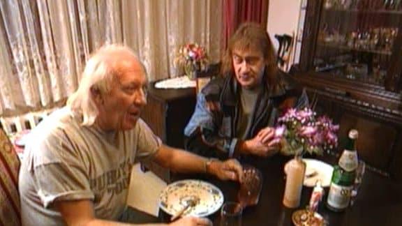 """1995 besuchte Axel Bulthaupt die Puhdys zu Hause. Bei Bratkartoffeln plaudert er mit Keyboarder Peter Meyer und Sänger Dieter """"Maschine"""" Birr über die Band. Brisant privat, 1995."""