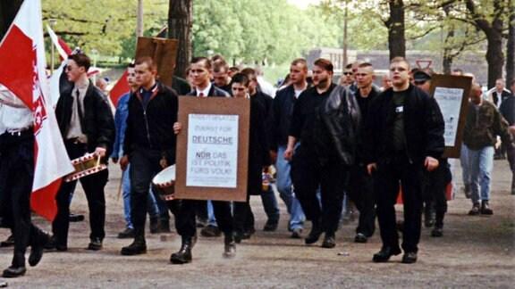 Tino Brandt (rechts, schaut nach oben) am 1. Mai 1998 in Leipzig. Links neben ihm mit der Jacke auf der Schulter läuft der spätere mutmaßliche NSU-Unterstützer Andre Kapke.