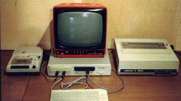 """Die KC Reihe 85/2 bis 85/4 waren die eigentlichen Homecomputer der DDR und ausgesprochen begehrt. Als Bildschirm wurde meist ein Schwarzweiss-Fernsehgerät benutzt (""""Junost"""" oder """"Robotron"""")."""