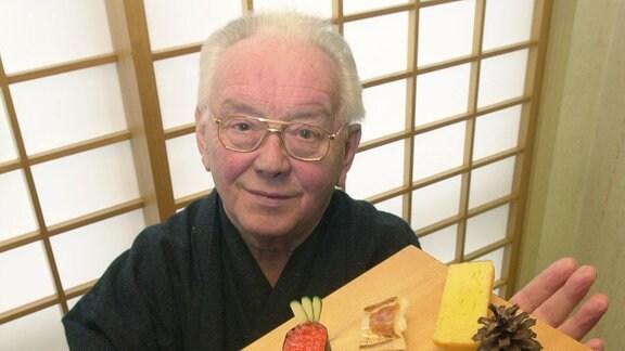 Rolf Anschütz zeigt am 29.03.2000 eine kleine Auswahl an Sushi-Spezialitäten