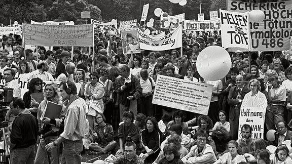 Rund 3000 Menschen demonstrieren am 16. Juni 1990 im Bonner Hofgarten gegen Abtreibung