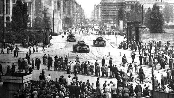 17. Juni 1953. Aufstand in Ostberlin. Westberliner verfolgen die Vorgaenge im Ostsektor: Sowjet-Panzer auf dem Leipziger Platz.