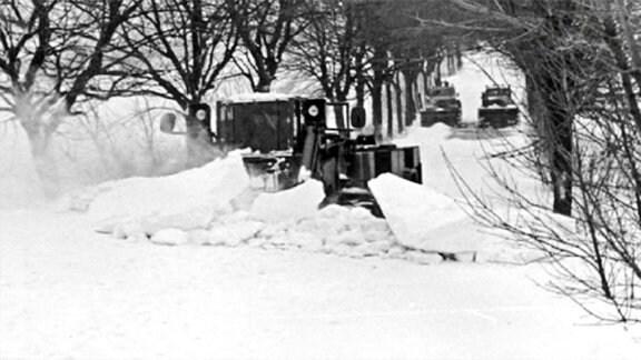 Räumfahrzeuge auf Rügen im Einsatz im Winter 1979