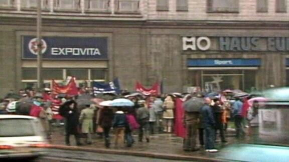 Der Protest der Bürgerrechtler dauerte nur wenige Minuten, dann wurden sie von zahlreichen Mitarbeitern der Staatssicherheit in eine Ecke auf der Karl-Marx-Allee gedrängt.