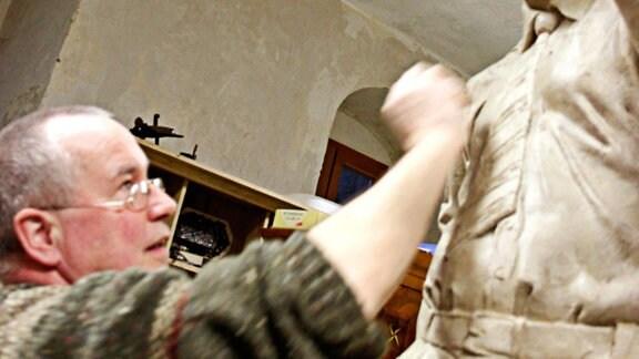 Bildhauer Frank Sobirey bei der Arbeit