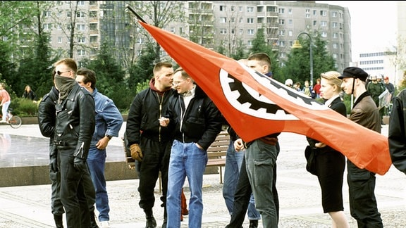 FAP Demonstration am Ernst Thaelmann Denkmal in Berlin, Anfang der 90er Jahre an einem 1. Mai.