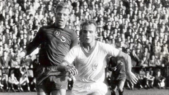 Klaus Lisiewicz (Rotation Leipzig) im Zweikampf mit Manfred Walter (Lok Leipzig), 1962