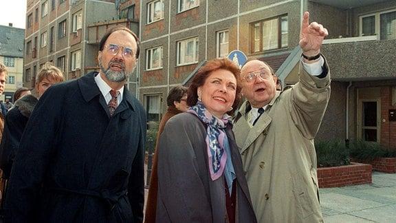 Während ihres Kurzbesuches in Halle unternehmen die kanadische Aussenministerin Barbara McDougal (M..) und ihr gastgebender Amtskollege Hans-Dietrich Genscher (r.) einen Stadtbummel.