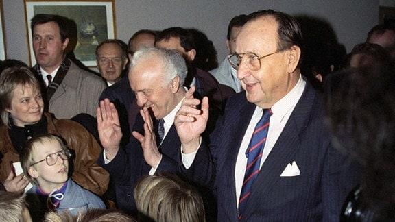 Bundesaußenminister Hans-Dietrich Genscher und sein russischer Amtskollege Eduard Schewardnadse am 10.11.1990 in Genschers Heimatstadt Halle an der Saale in der sie eine ehemalige Schule Genschers, die Gottfried-Herder-Schule, besuchten.