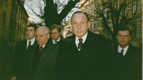Michail Gorbatschow, Hans-Dietrich Genscher und Henry Kissinger in Halle