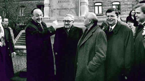 Gorbatschow, Genscher und Kissinger vor dem Denkmal der Franckeschen Stiftungen