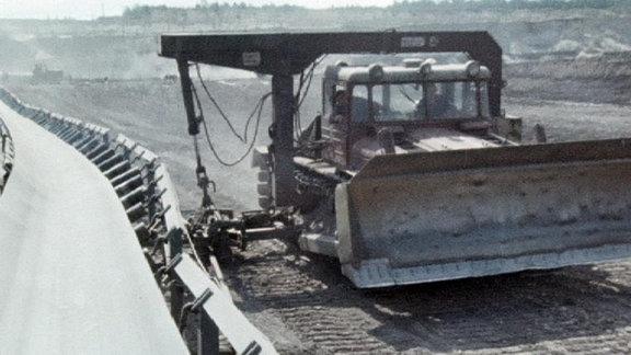 Raupe richtet im Tagebau Goitzsche Förderband für Kohle aus