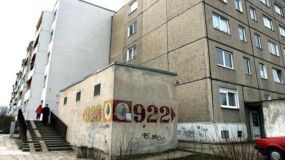 Im Wohngebiet Halle-Neustadt stehen an einem Trafohäuschen noch immer die aus DDR-Zeiten stammenden Blocknummern 922 und 923. In dem vor über 30 Jahren errichteten Plattenbaugebiet, in dem zur Wende rund 100. 000 Menschen lebten, gab es für Straßen und Wege keine Namen, sondern Nummernbezeichnungen.