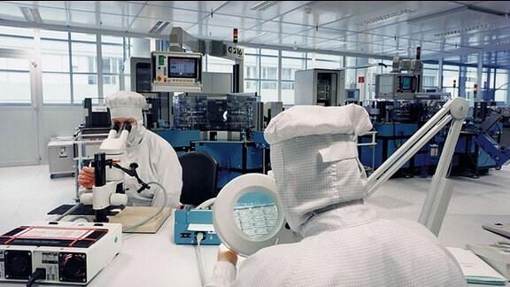 Blick in einen Produktionsraum von Infineon in Dresden