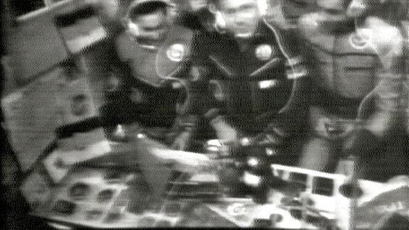 Wenn die Crew von Sojus 31 auf Sendung war, mussten stets die Fotos der beiden Staatschefs, Leonid Breschnew und Erich Honecker, gut sichtbar aufgestellt sein.