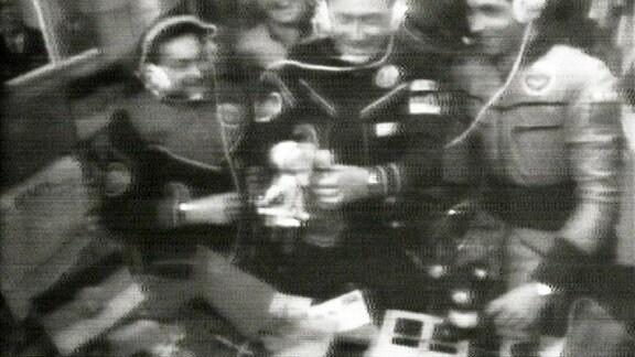 Der Kommandeur der Raumstation, Wladimir Kowaljonok, der seinerseits das russische Maskottchen, eine Braunbärin namens Mascha, dabei hatte, verfiel auf die Idee, seine Mascha mit Jähns Sandmann zu verheiraten. Doch die Leute vom Kinderfernsehen waren gar nicht begeistert, schließlich konnten sie den Kindern schlecht einen verheirateten Sandmann vermitteln.
