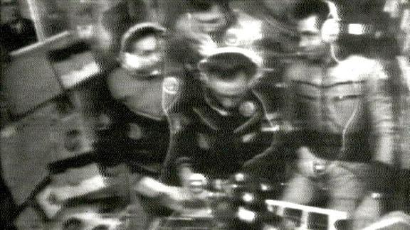 Den Fernsehzuschauern präsentiert Sigmund Jähn einige Gegenstände, die man ihm auf seine Reise mitgegeben hat: Goldmünzen mit den Konterfeis von Marx, Lenin, Thälmann, Wimpel mit dem Emblem der Deutsch-Sowjetischen Freundschaft und – im Auftrag des DDR-Kinderfernsehens - den Sandmann in einem eigens angefertigten Raumanzug. Jähn hatte den Auftrag, Filmaufnahmen für eine Kindersendung machen.
