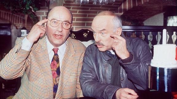 Die beiden Hauptkommissare Paul Stoever (CHARLES BRAUER) und Brockmöller (MANFRED KRUG).