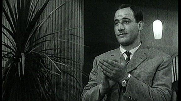 (Filmszene) Manfred Krug mit Krawatte applaudiert