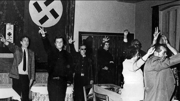 """Dem Hitlergruß nachempfunden grüßen Teilnehmer eines Treffens der rechtsradikalen """"Aktionsfront Nationaler Sozialisten"""""""