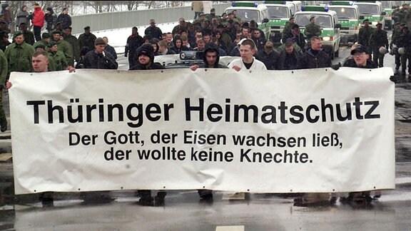 Etwa 60 Demonstranten der rechtsextremen NPD-Jugendorganisation Junge Nationaldemokraten ziehen am 03.02.2001 mit dem Transparent «Thüringer Heimatschutz.