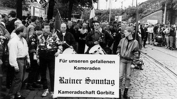 Jugendliche Rechtsextreme marschieren am 15.06.1991 in Dresden für Rainer Sonntag