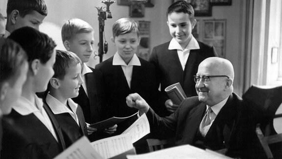 Der Komponist und Dirigent Rudolf Mauersberger mit Knaben des Dresdner Kreuzchors bei den Proben. (1964)