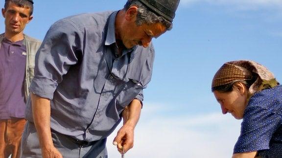 Bauern beim Milchabfüllen
