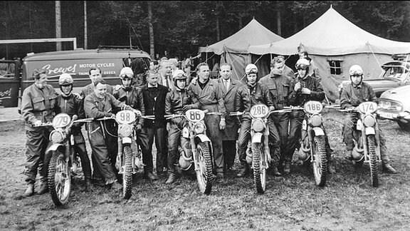 Erster Trophy-Sieg für die DDR bei den Six Days 1963: Die überglücklichen DDR-Trophy-Fahrer – von links: Bernd Uhlmann, Hans Weber, Werner Salevsky, Günter Baumann, Peter Uhlig und Horst Lohr