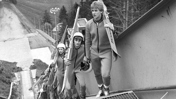 Skispringer Jens Weißflog (vorn/SC Traktor Oberwiesenthal) im Mai 1986 beim Matten-Training auf der heimischen Fichtelbergschanze