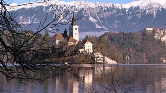Blick auf eine Villa an einem See