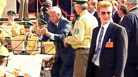 Boris Jelzin dirigiert Polizeiorchester