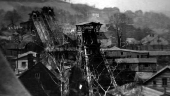 Wismut-Schachtanlage inmitten eines Dorfes im Erzgebirge.
