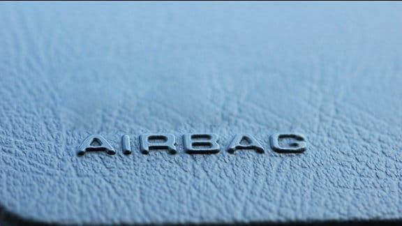"""Die Aufschrift """"Airbag"""" auf der Airbag-Abdeckung in einem Auto."""